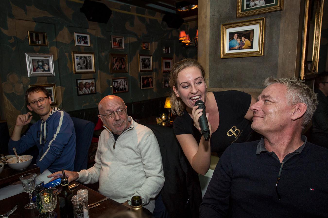 Medewerkers van restaurant Pasta e Basta in Amsterdam serveren zaterdag zingend hun eten tijdens Brandefood in Helmond.