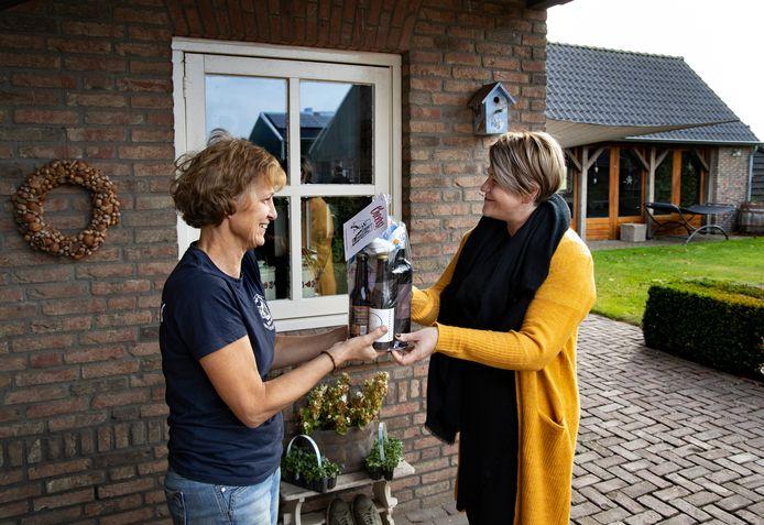 Nicole van de Laar deelt Laarbeeks bier uit bij de Lage Broekkant.