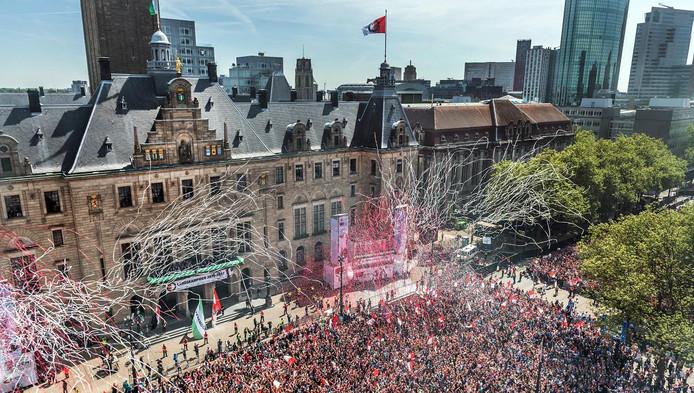 Massaal vieren Feyenoordfans het kampioenschap op de Coolsingel. Het gaat op heel veel vlakken goed met Rotterdam. ,,En eindelijk durven en mogen we dat hardop zeggen'', zegt wethouder Hugo de Jonge.