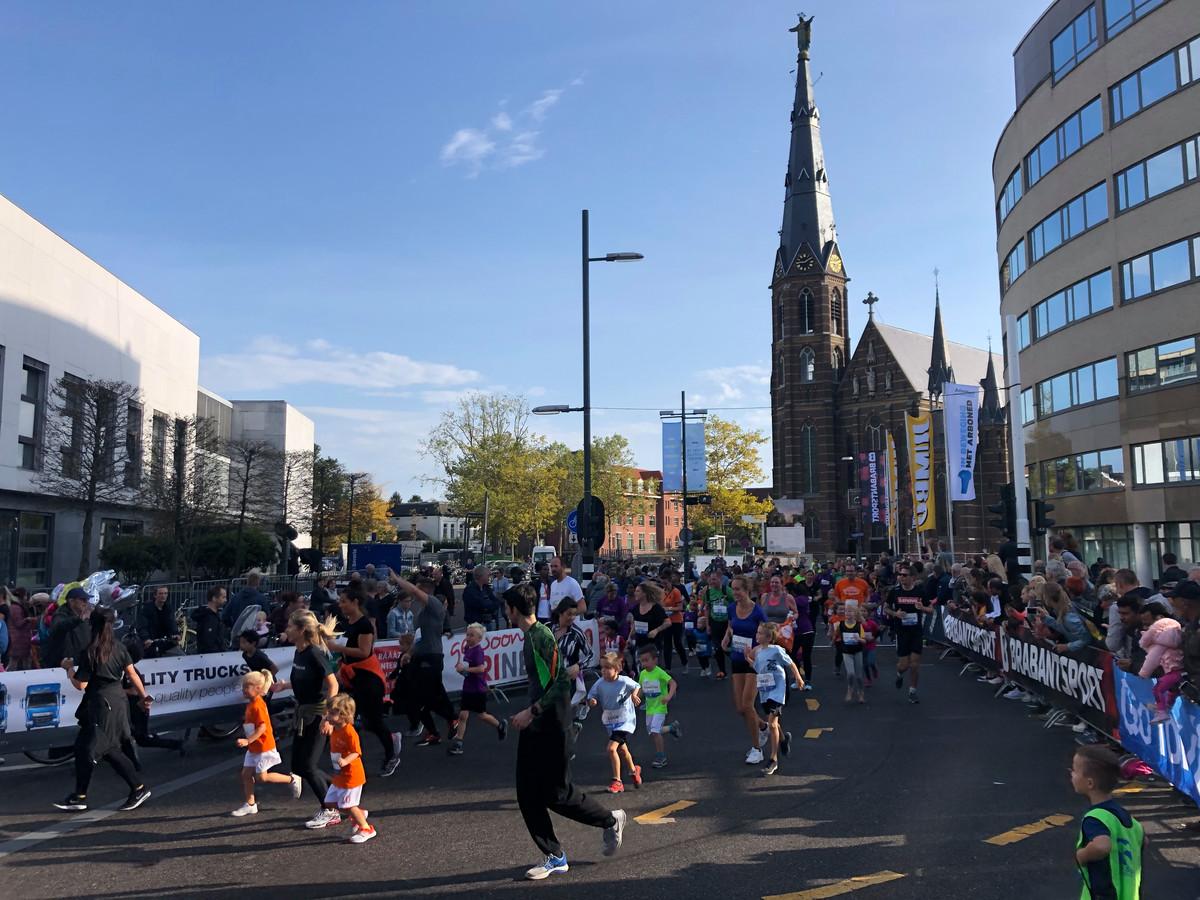 Lopertjes van de Mini Marathon Eindhoven naderen de finish op de Vestdijk.