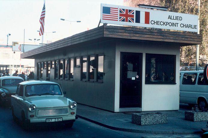 Een Trabant passeert checkpoint Charlie enkele dagen na de val van de Berlijnse muur. Archiefbeeld.