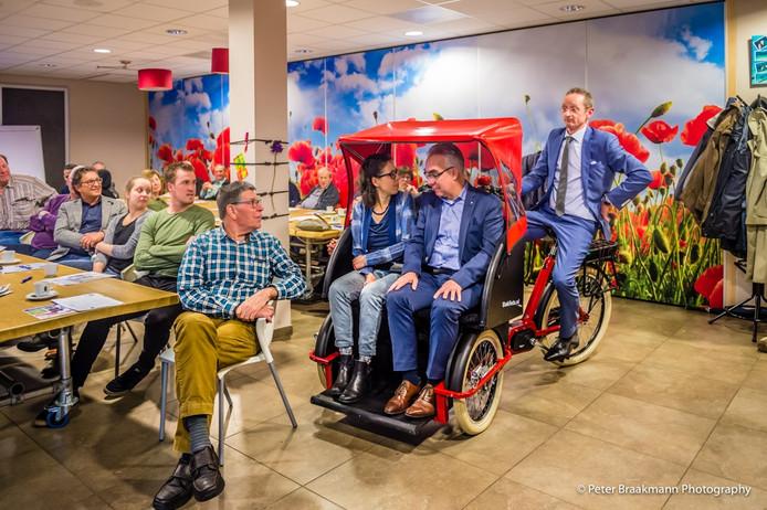 De riksja is in Oudebosch. Ambtenaar Mark van Banning zit op de fiets. In Breda rijdt hij samen met zijn moeder op het bankje al menig rondje.