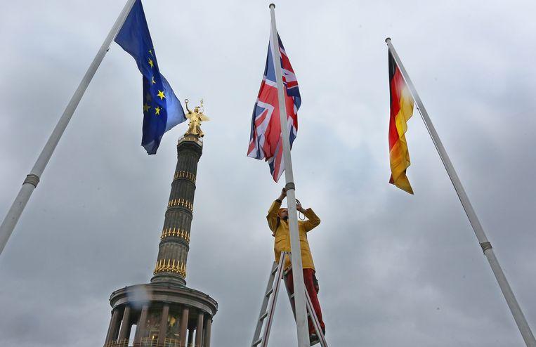 Berlijn hijst de Britse vlag, tussen de Europese en de Duitse, ter gelegenheid van het bezoek van de Britse koningin Elizabeth aan de stad in 2015.  Beeld ANP