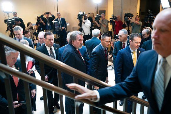 Meer dan twee dozijn Republikeinse parlementsleden stormden de kamer in, daarna uitten ze hun ongenoegen over het onderzoek bij de aanwezige pers.