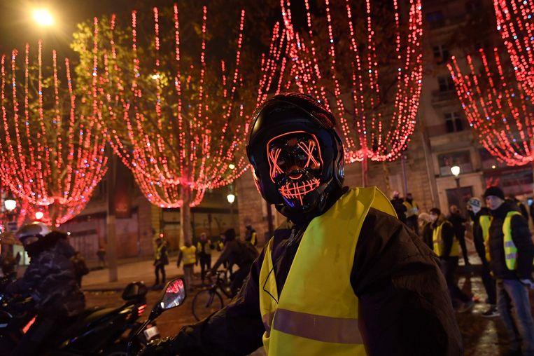 De 'gilets jaunes' protesteren bij de Arc de Triomphe in Parijs Beeld AFP