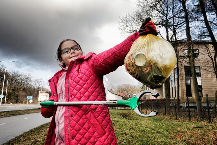 Lilly Platt (9) uit Huis ter Heide is zelf een plastic-inzamelingsactie begonnen en heeft erg veel volgers op Facebook.