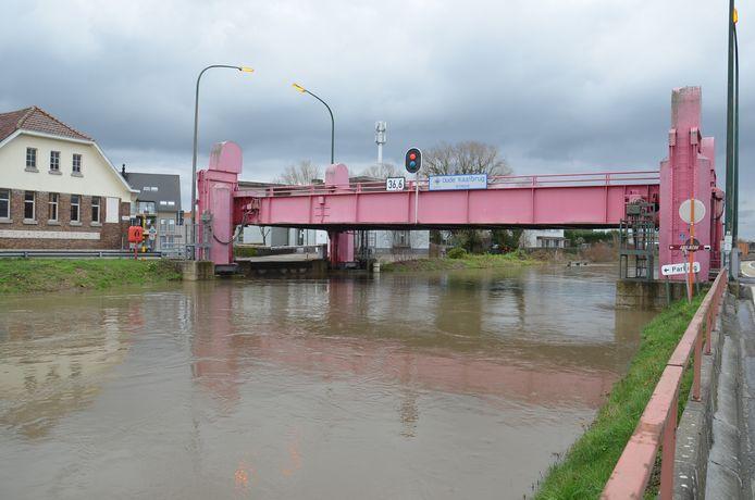 De Oude Kaaibrug werd naar omhoog gehaald door het hoge waterpeil van de Dender in Ninove.