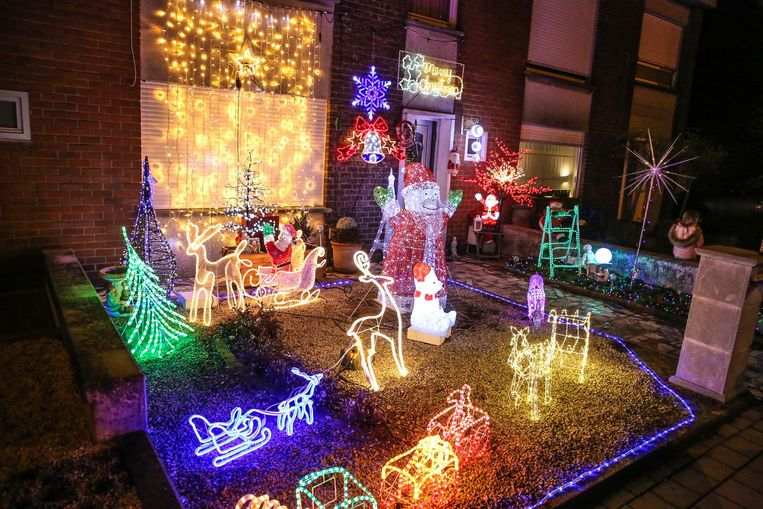 De voortuin van de broers is kleurrijk en rijkelijk versierd met allerlei kerstlichtjes.