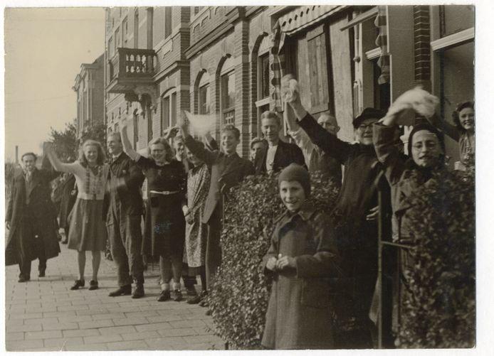Feestvreugde in Breda tijdens het binnentrekken van de bevrijders: we zijn bevrijd!