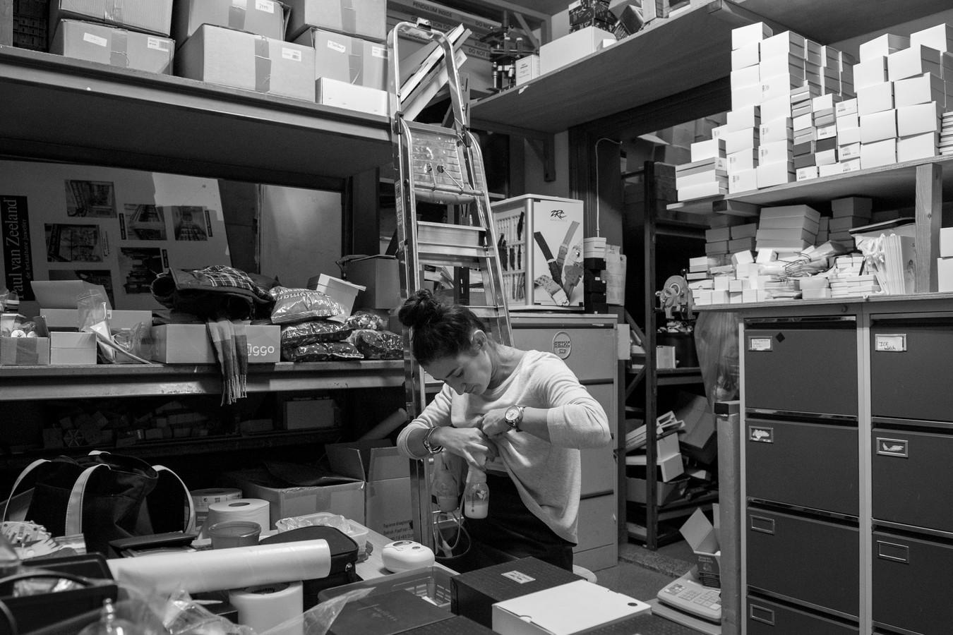 Paulien, juwelier in Velp. Paulien kolft in het magazijn van een juwelier. Er komen wel af en toe collega's naar binnen om spullen te pakken, maar dat vindt ze geen probleem. Haar baas heeft zelf ook gekolfd en vindt het prima dat Paulien langer dan 9 maanden wil kolven.