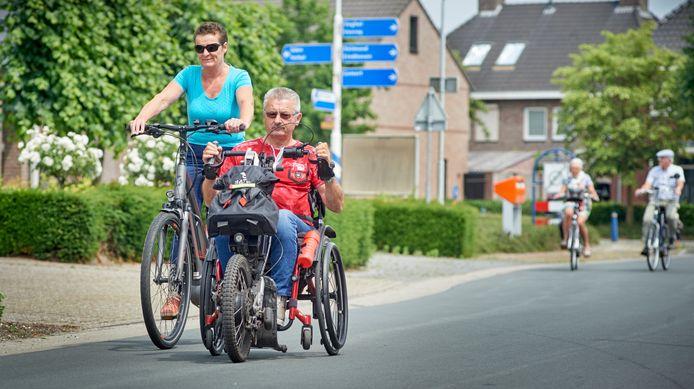 Willy van de Valk uit Boekel gaat er vrijwel dagelijks op uit op zijn rolstoelfiets. Zijn vrouw Agnes fietst af en toe mee.