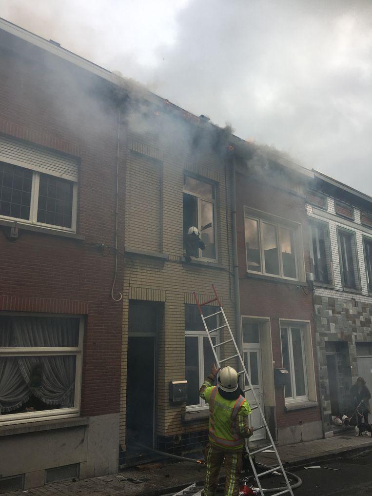 De brandweer drong de woning binnen om het vuur te blussen.