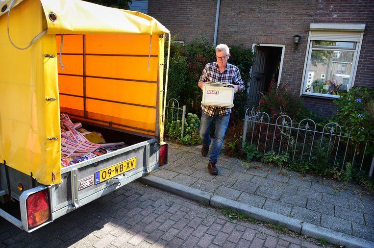 Na zorgvuldig uitzoeken wat weg kan en wat mag blijven, vult de aanhangwagen zich met 490 kilo tijdschriften. Beeld Marcel van den Bergh / de Volkskrant