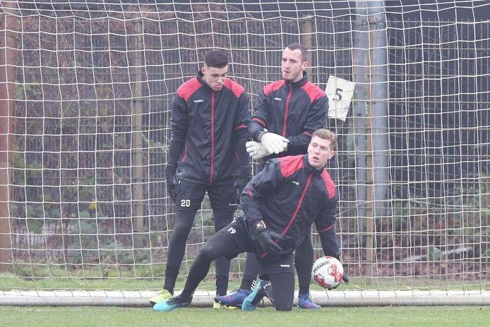 Mark Spenkelink op de training bij Go Ahead Eagles afgelopen seizoen, samen met Jay Gorter (l) en Hobie Verhulst.
