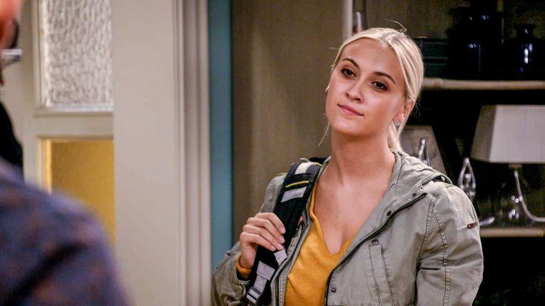 Louise, gespeeld door Sarah-Lynn Clerckx, neemt afscheid in Familie