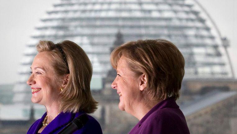 Hillary Clinton (links) met Angela Merkel in 2011. Beeld epa