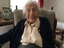 Kieks (103) uit Laren bezoekt voor het eerst de plek waar de Duitsers haar broer doodschoten