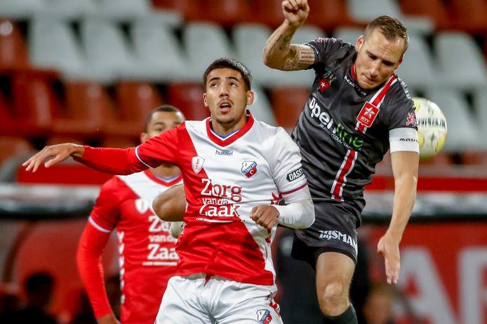 Jong FC Utrecht-speler Jeredy Hilterman (links) in duel met MVV-speler Ricardo Ippel.
