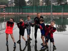 Natte start van zomeractiviteiten, kleine kickboksers trotseren de regen