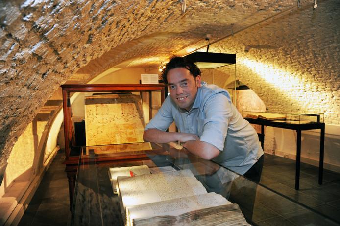 Archiefmedewerker  Ilja Mostert van het Zeeuws Archief in Middelburg.