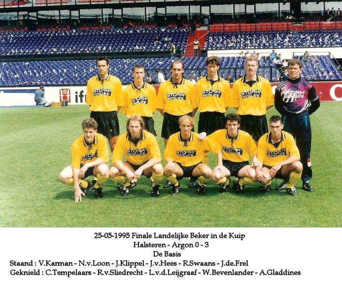 Landelijke bekerfinale voor amateurs in De Kuip: Halsteren - Argon. 25 mei 1995. Uiterst rechts: Ad Gladdines, hurkend.