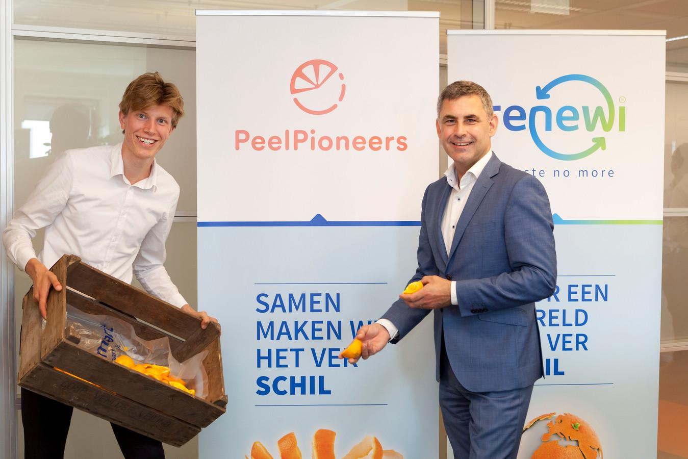 Sytze van Stempvoort (links) van PeelPioneers en Eric Segers van Renewi gaan aan de slag met het winnen van grondstoffen uit citrusschillen.