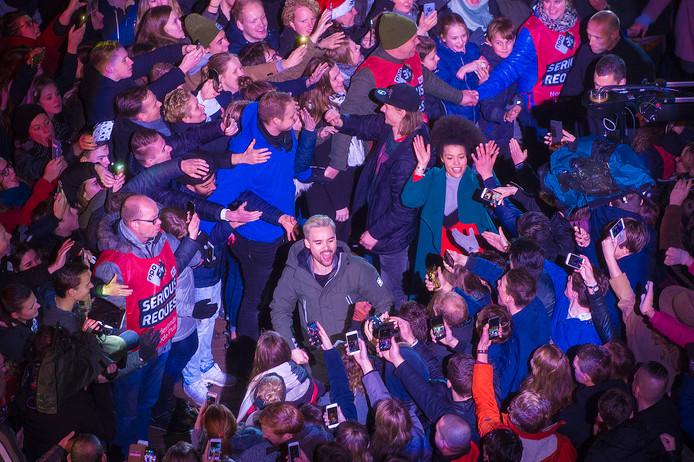 De dj's werden als helden ontvangen toen ze het Glazen Huis in Apeldoorn verlieten.