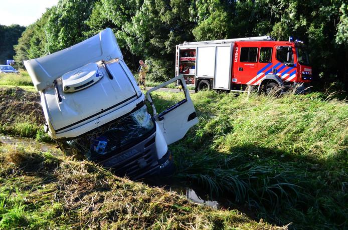 De vrachtwagen, die in de sloot terechtkwam.