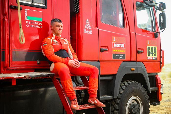 Trucker Siarhei Viazovich uit Belarus ligt uit de rally.