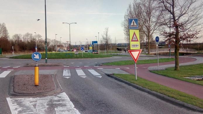 De rotonde waar de jongen werd aangereden.