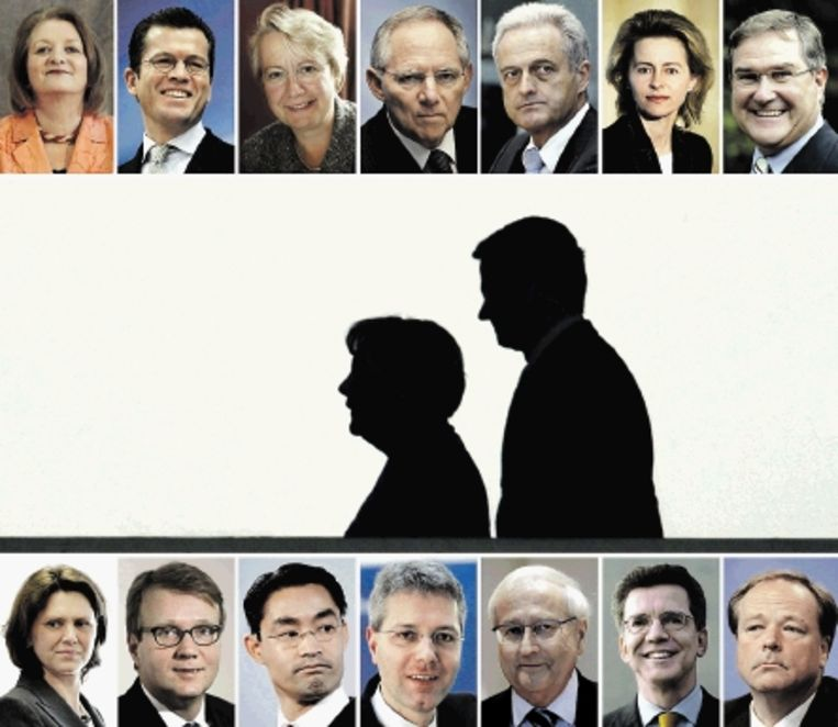 Het zwart-gele kabinet: in het midden bondskanselier Angela Merkel en Guido Westerwelle. Linksboven Sabine Leutheusser-Schnarrenberger (justitie, FDP), Karl-Theodor zu Guttenberg, in het midden Wolfgang Schÿuble. Rechtsboven Ursula von der Leyen, Franz Josef Jung. Onder, tweede van rechts, Thomas de Maiziÿre. (FOTO AFP ) Beeld AFP