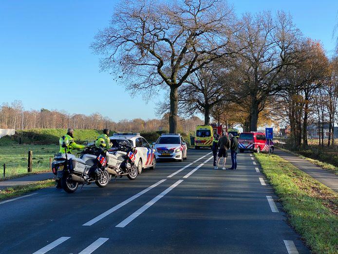 Op de Wierdensestraat in Nijverdal is maandag aan het einde van de ochtend een auto op een boom gebotst.