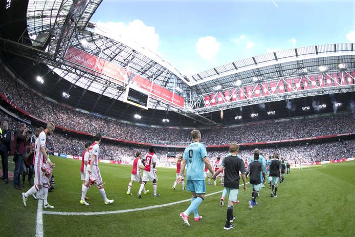 Ajax en Feyenoord betreden het veld tijdens de Klassieker.