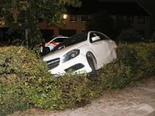 Man parkeert midden in de nacht zijn Mercedes in de heg voor het gemeentehuis op Urk