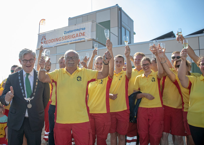 De officiële opening werd deze week groots gevierd. Burgemeester Charlie Aptroot, met duimpje omhoog, overhandigde de sleutel.