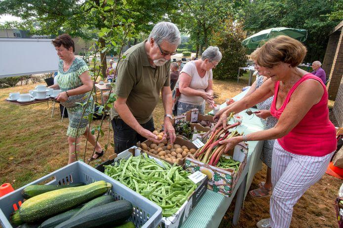 Elke vrijdagochtend, vanaf half juli tot half september, wordt op het gazon van de Ontmoetingskerk in Dieren een kleinschalige groentemarkt.