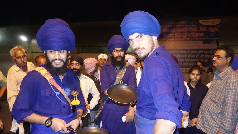 Willem Dieleman met de sikh bij hun Gouden Tempel. Beeld Willem Dieleman