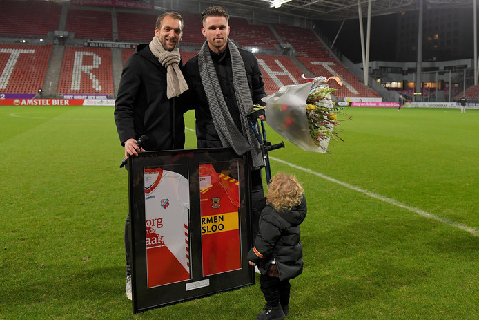 Willem Janssen, aanvoerder van FC Utrecht, reikte voor de aftrap twee ingelijste shirts (FC Utrecht en Go Ahead Eagles) uit aan Leon de Kogel, die beide clubs diende.