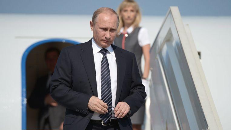 Vladimir Poetin tijdens zijn aankomst op het vliegveld in Belbek. Beeld EPA