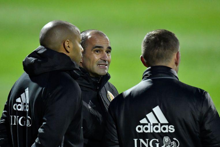 Martínez in overleg met Thierry Henry en Graeme Jones.