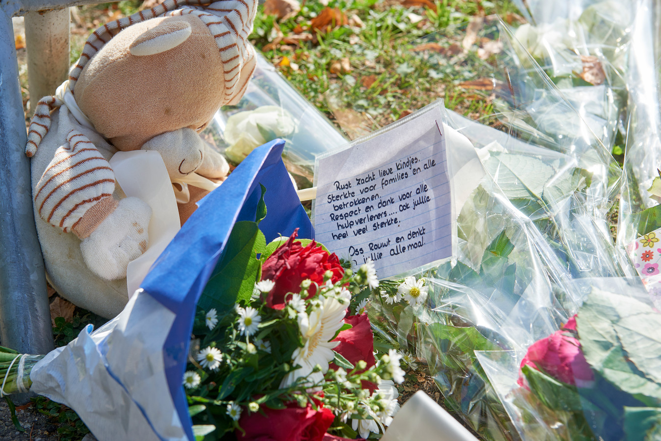 Bloemen en lieve briefjes bij de herdenkingssplek.