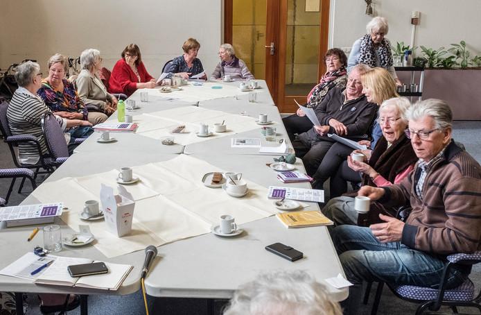 Ouderen drinken wekelijks in zaal de Ommezwaai van verzorgingscentrum Maldenburch een kopje koffie.