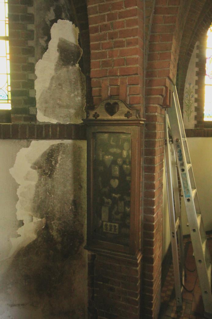 Het nog zwaar beschadigde hoekje in de kapel. Foto Herbert Kats