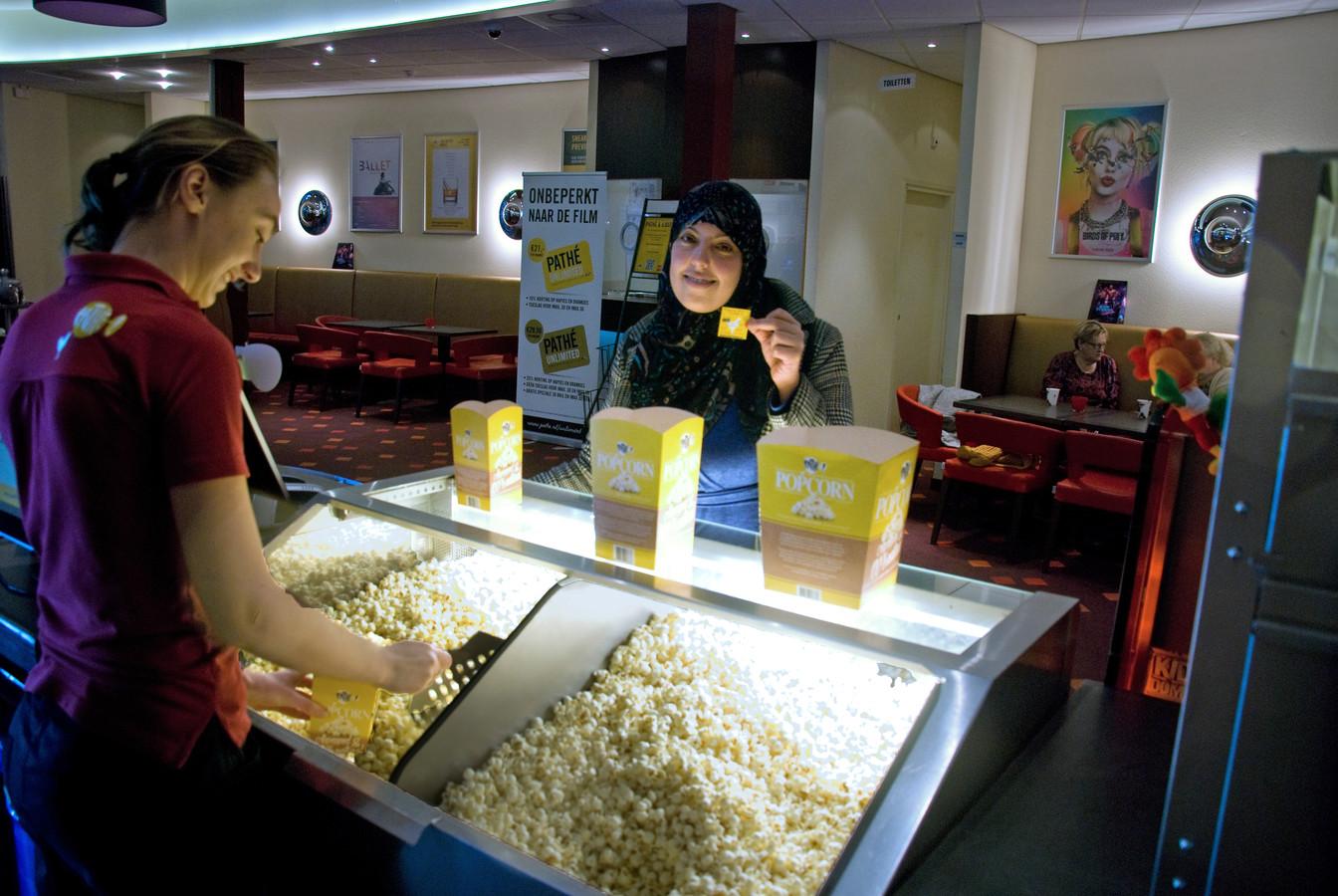 Laila met het kaartje voor de laatste film, op haar tour langs alle Nederlandse Pathé-bioscopen. De popcorn kreeg ze erbij, voor haar prestatie.