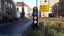 Bij de ingang van de Smeepoortstraat waarschuwt het bord dat verkeer via deze route niet door kan rijden naar de boulevard.