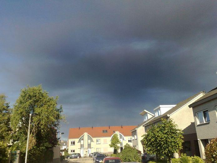 Om 19.00 uur bereikten de rookwolken van de grote brand in Nieuwleusen de gemeente Kampen. De tot dan stralend blauwe lucht kleurde langzaam zwart. foto Anne Boer