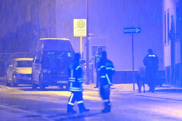Politie bij het gebouw waar het explosief materiaal werd aangetroffen.