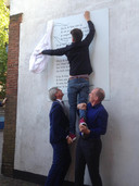 De onthulling van het eerste muurgedicht in Amersfoort kostte wat moeite.