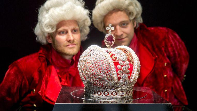 De kroon telt maar liefst 11.352 echte diamanten Beeld anp
