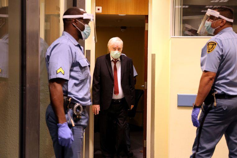 Ratko Mladic arriveert bij het tribunaal in Den Haag.  Beeld via REUTERS